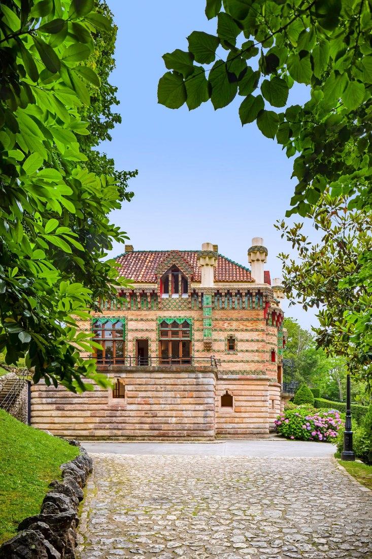 Vista exterior. El fotógrafo David Cardelús nos ofrece una visión especial de El Capricho, de Antoni Gaudí. Fotografía por David Cardelús