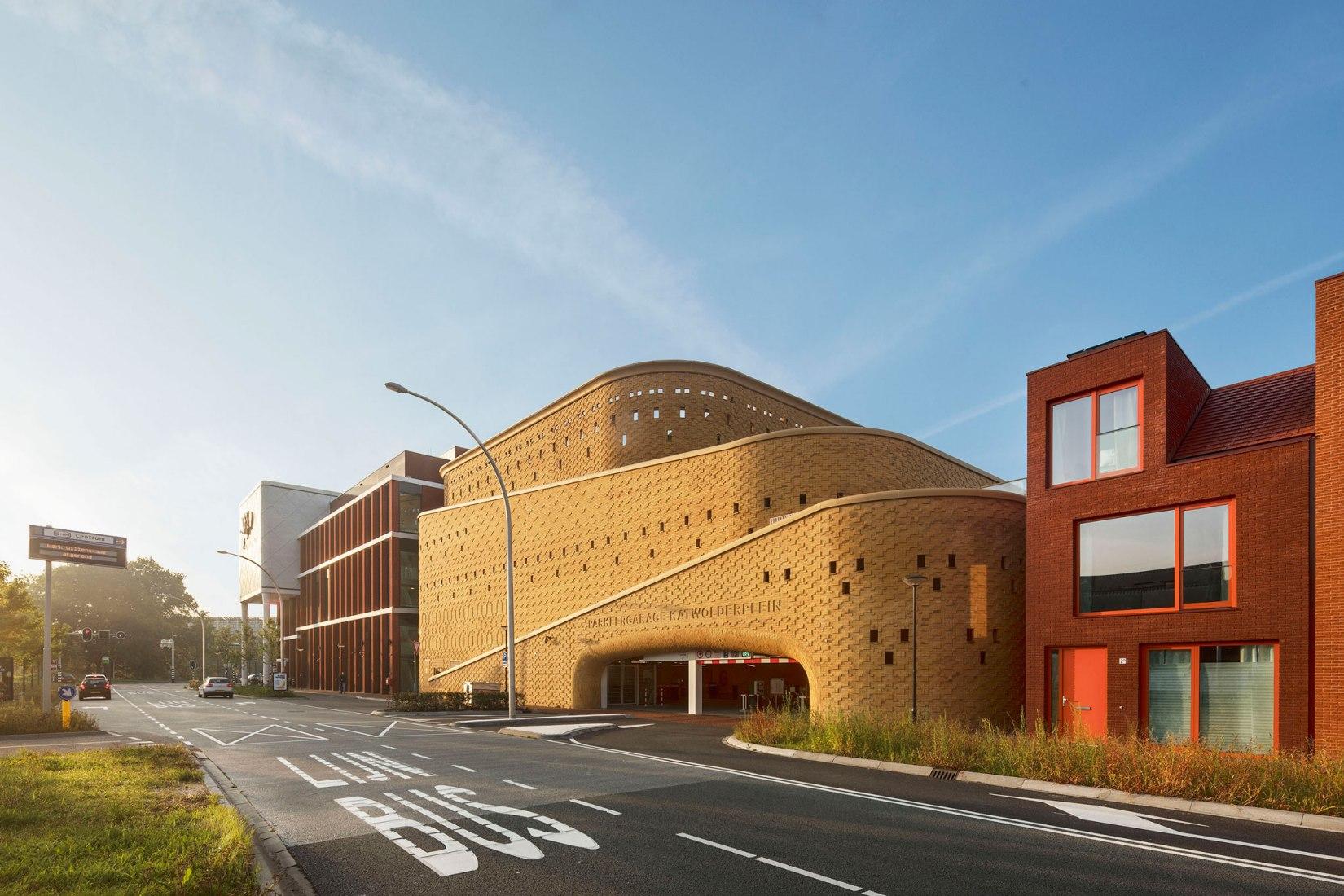 Vista exterior. Aparcamiento Katwolderplein por Dok architecten. Fotografía por Arjen Schmitz
