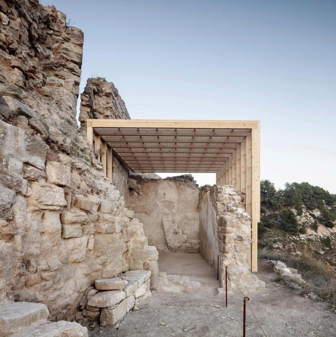 Adecuación paisajística del recinto amurallado y la capilla del Castillo de Jorba por Carles Enrich Studio. Fotografía por Adrià Goula