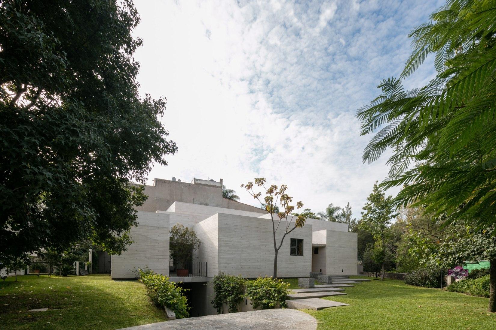 Vista desde el exterior. Casa Acolhúas por SPRB arquitectos. Fotografía © Lorena Darquea