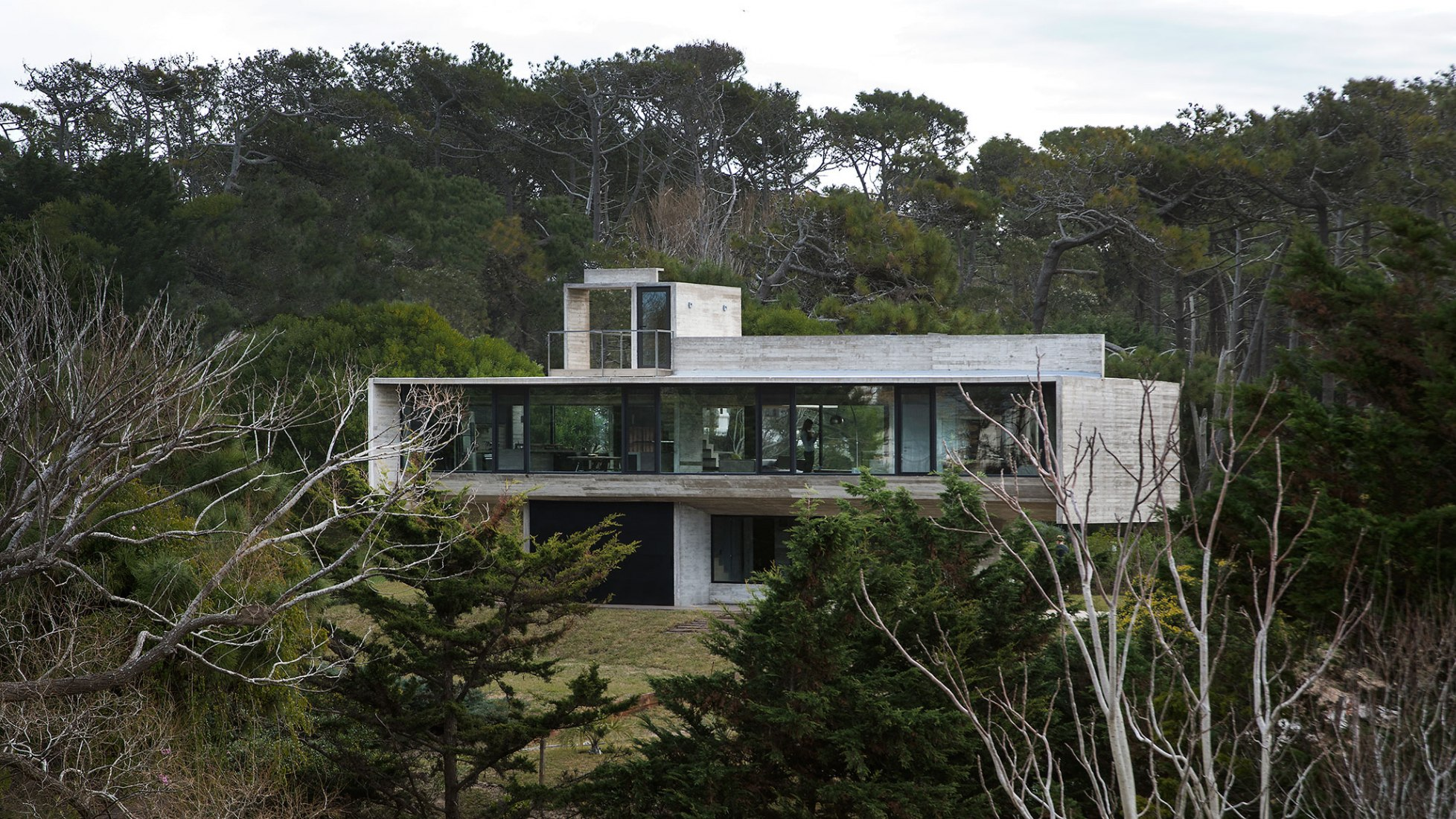 Casa Cariló por Luciano Kruk. Fotografía por Daniela Mac Adden