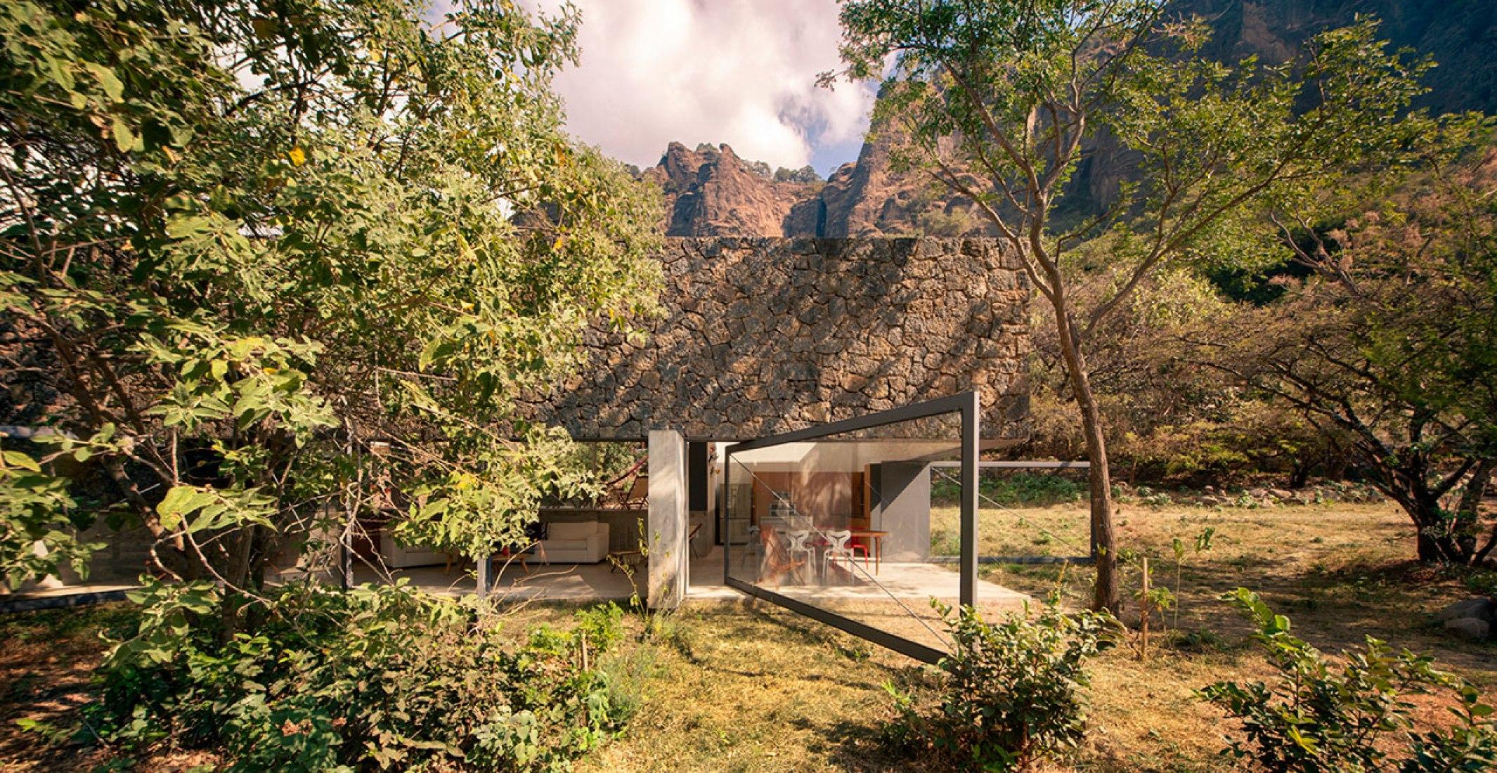 Vista desde el exterior. Casa Meztitla por EDAA. Fotografía © Yoshihiro Koitani