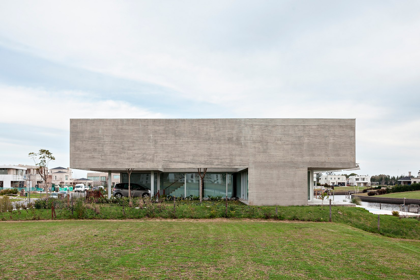Exterior view. Lamas House by MOARQS + OTTOLENGHI STUDIO. Photograph © Albano Garcia.