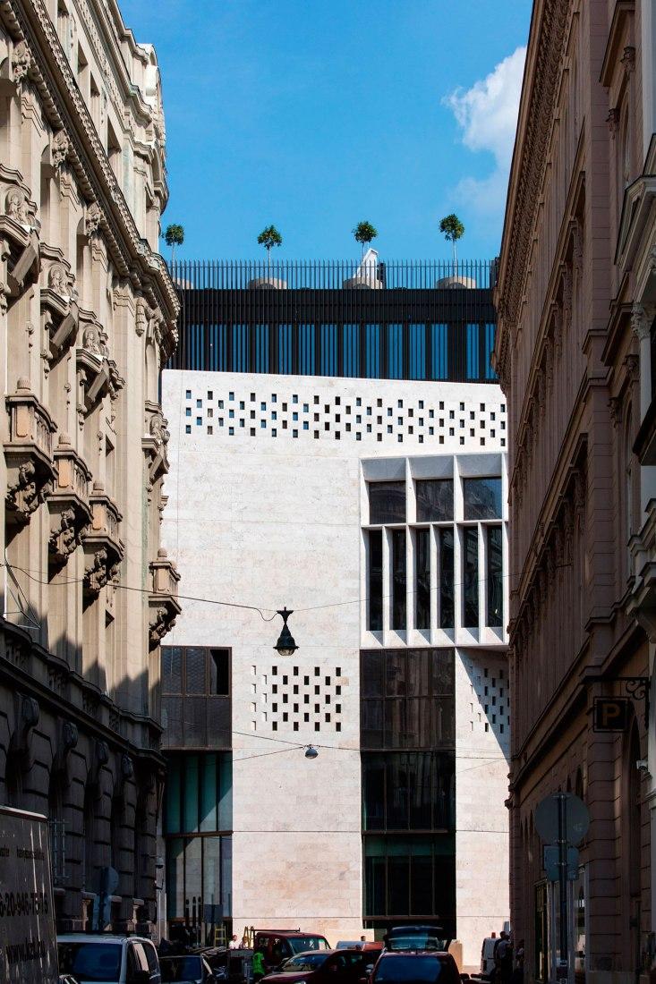 Vista desde las calles cercanas. Central European University por O'Donnell + Tuomey. Fotografía © Tamás Bujnovszky