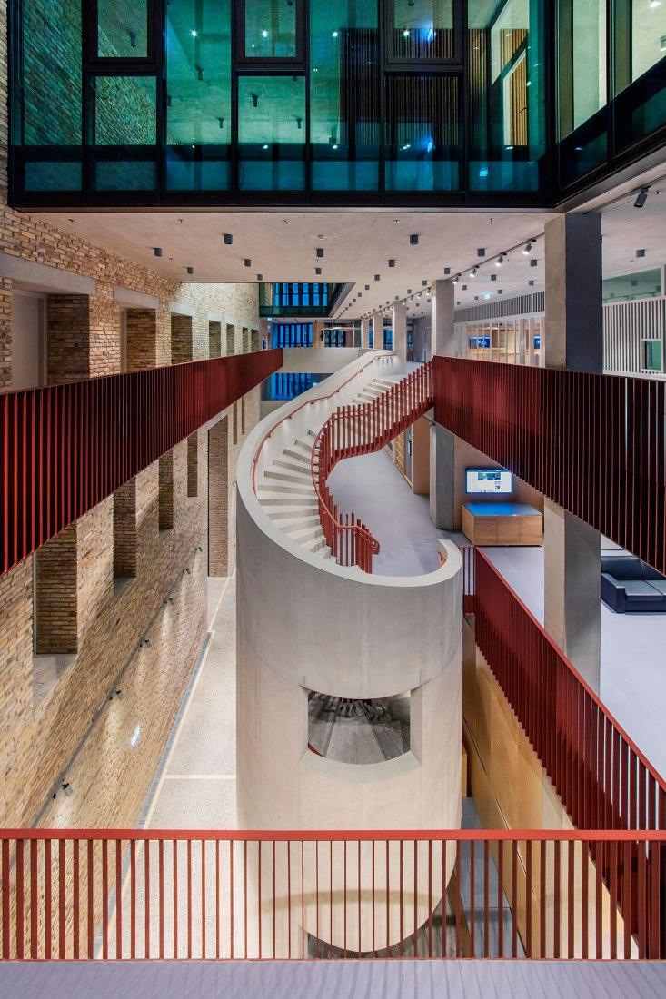 Nuevo edificio. Central European University por O'Donnell + Tuomey. Fotografía © Tamás Bujnovszky