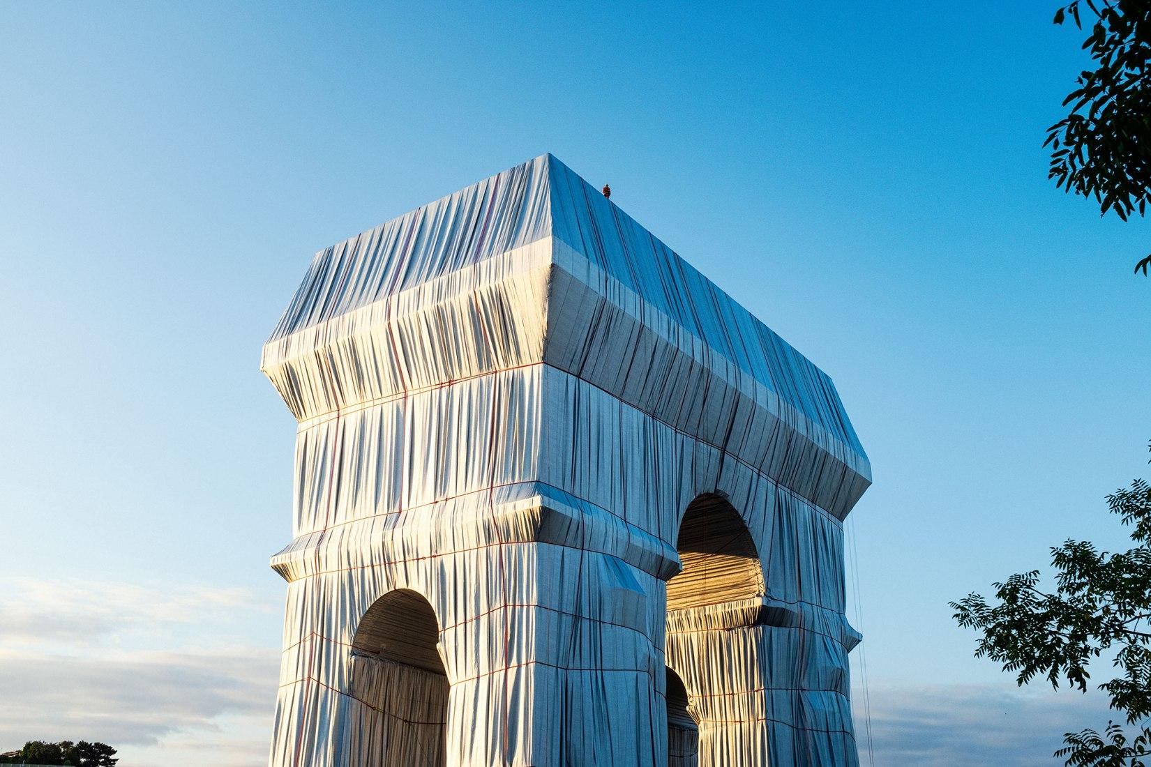 Christo y Jeanne-Claude L'Arc de Triomphe, Wrapped, París, 1961-2021. Fotografía de Lubri. Imagen cortesía de 2021 Christo and Jeanne-Claude Foundation