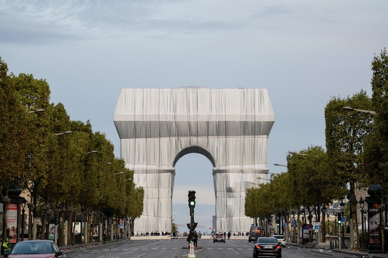 Christo y Jeanne-Claude. L'Arc de Triomphe, envuelto, París, 1961-2021. Fotografía de Benjamin Loyseau. Imagen cortesía de 2021 Christo and Jeanne-Claude Foundation