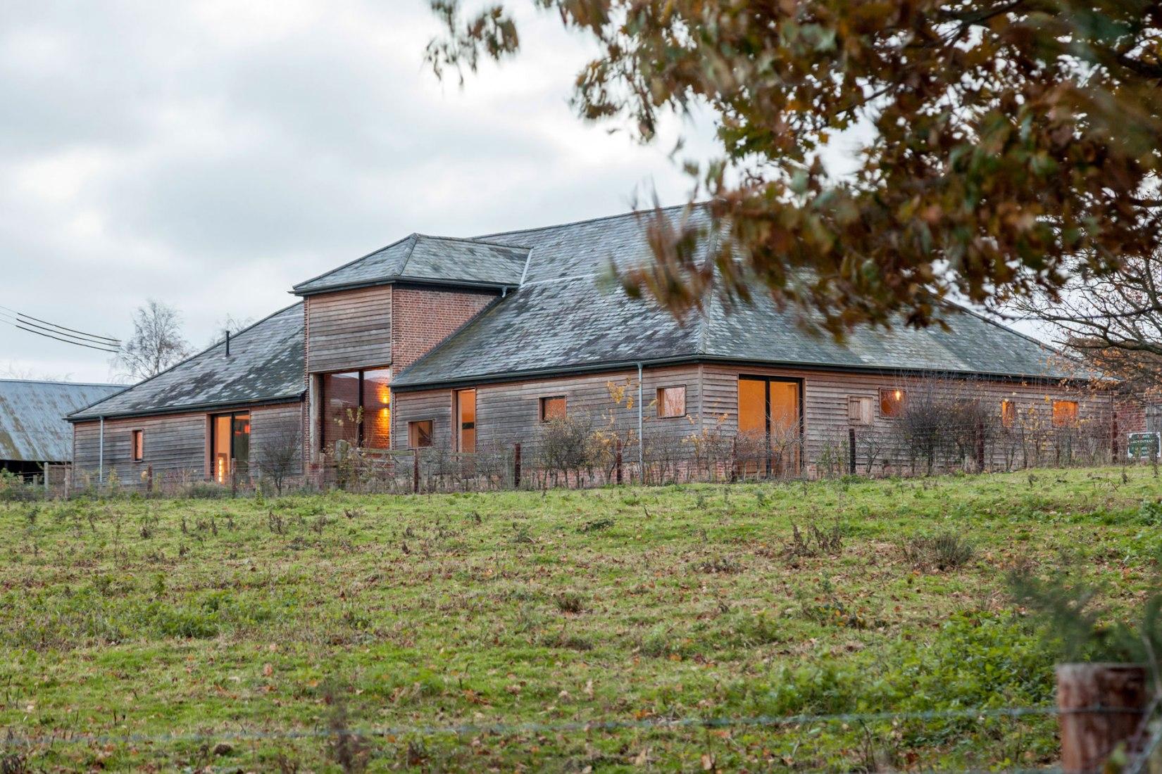 Vista del exterior. Nuevo Church Hill Barn por David Nossiter Architects. Fotografía © Steve Lancefield