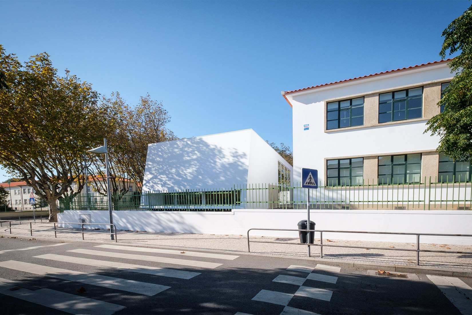 Multi-Purpose School Support Building by Claudio Gil and Anabela Silva Braga. Photograph by cmpv/ Jose Carlos Marques