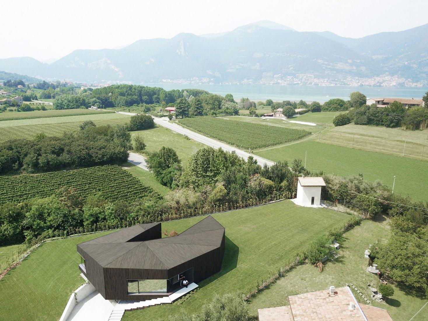 Claw House en Cremignane por Botticini + Facchinelli ARW. Fotografía por atelier XYZ.