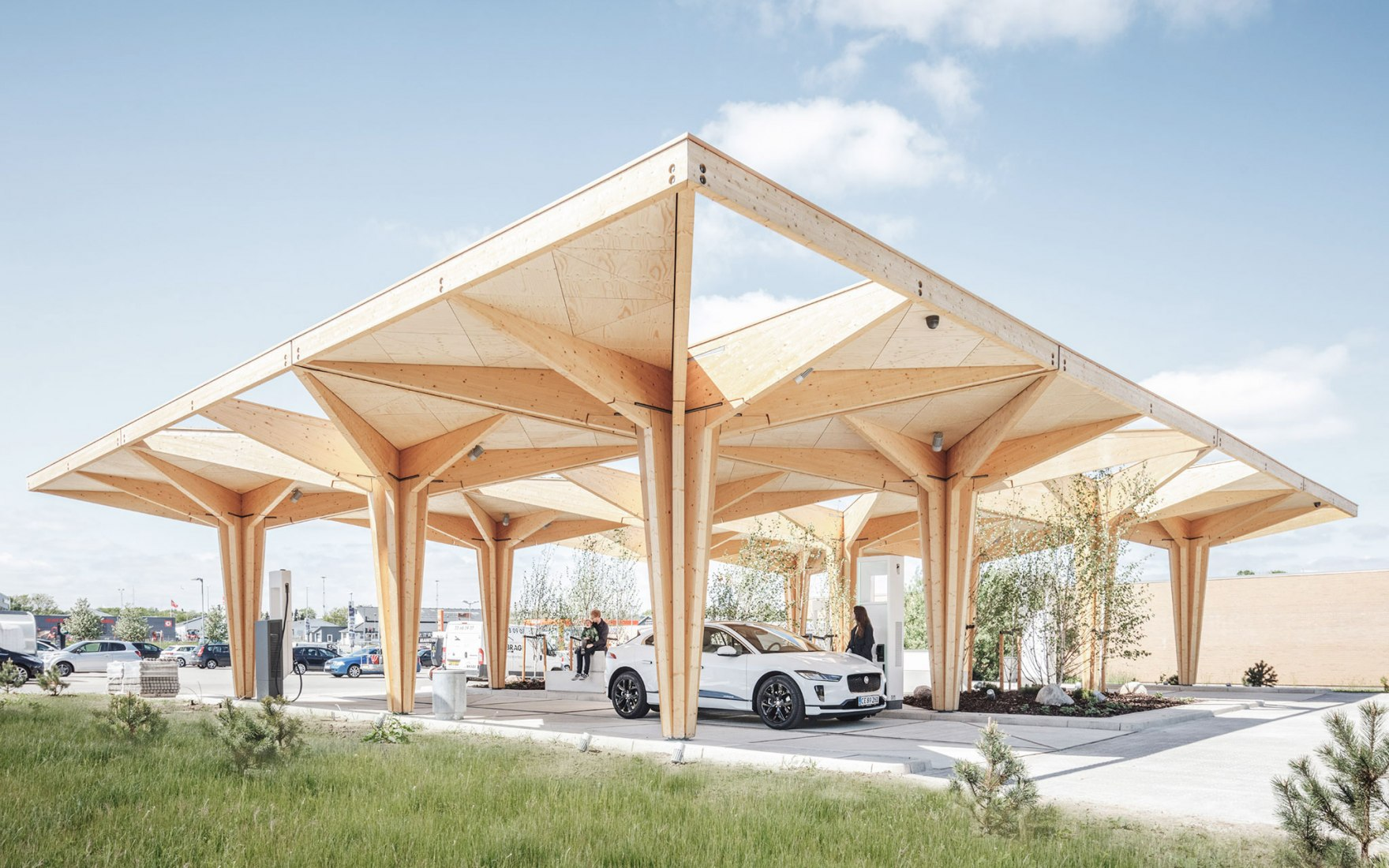 Estaciones de carga ultrarrápidas para coches eléctricos por Cobe. Fotografía por Rasmus Hjortshøj - COAST