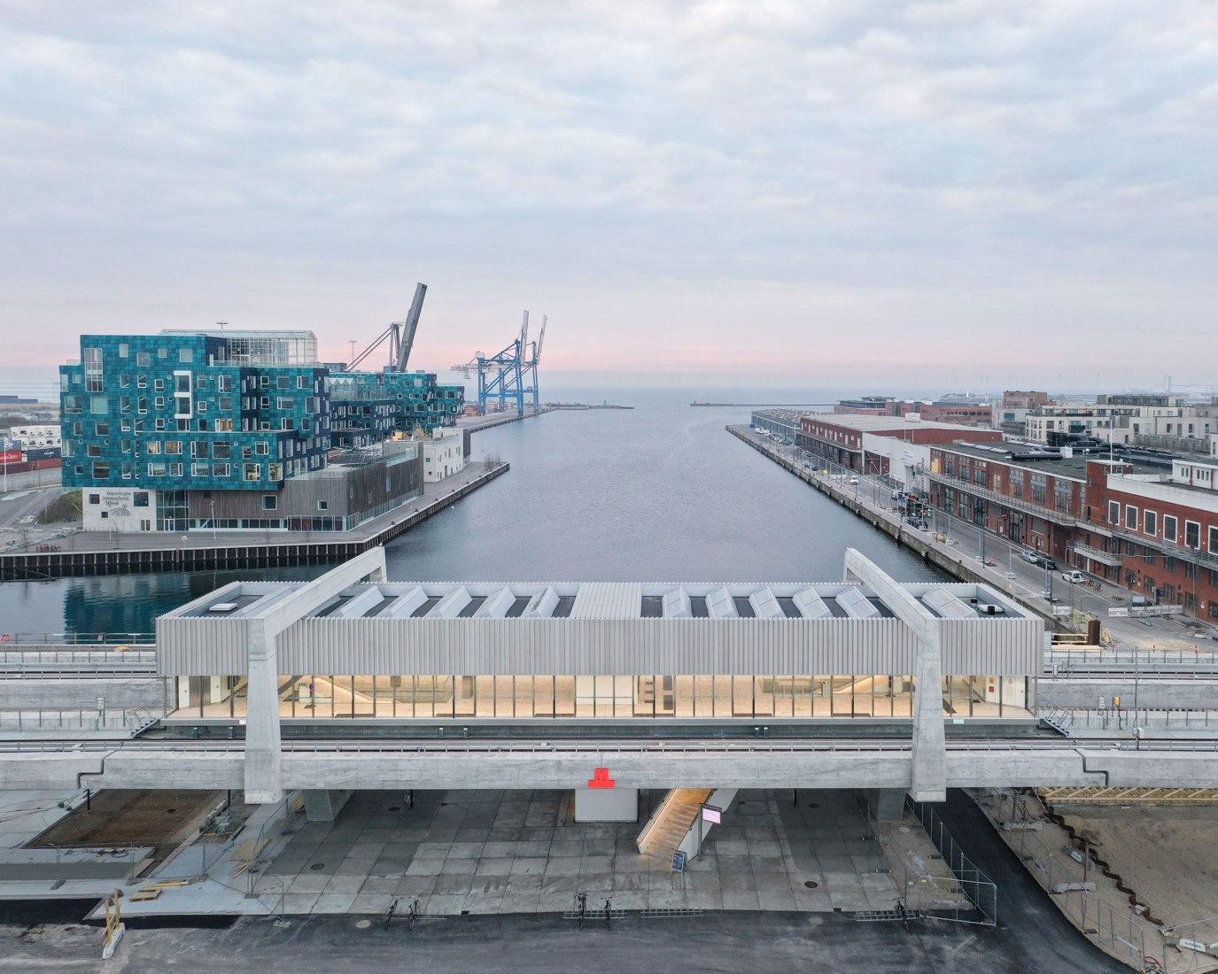 Cobe y Arup han diseñado dos estaciones de metro, ambas ubicadas en la zona de Nordhavn, Nordhavn Station y Orientkaj Station. La nueva línea de metro se abrió en marzo de 2020. Fotografía por Rasmus Hjortshøj - COAST.