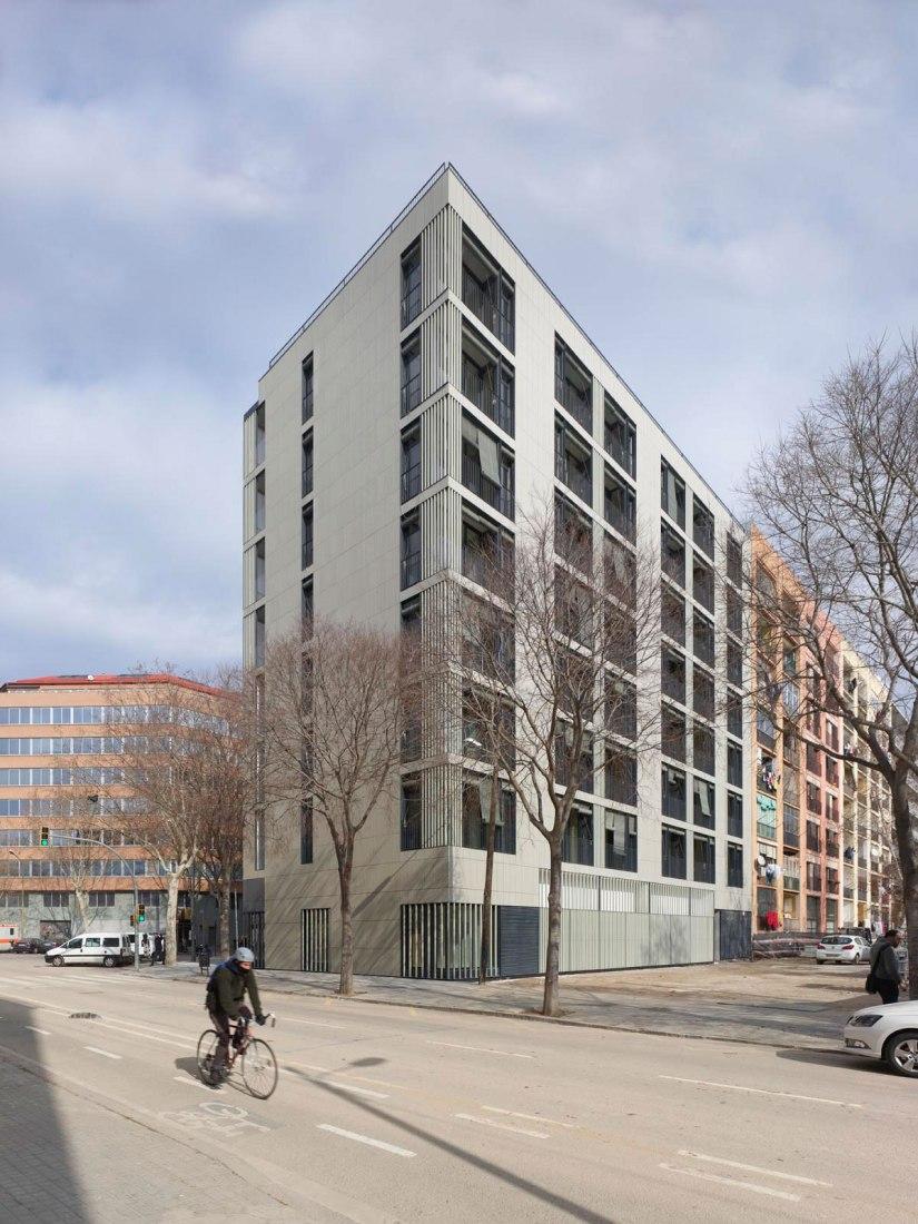 Vista exterior. Premio AVS 2018 a la mejor vivienda social de España. Edificio mixto de viviendas por COLL-LECLERC. Fotografía por Roland Halbe