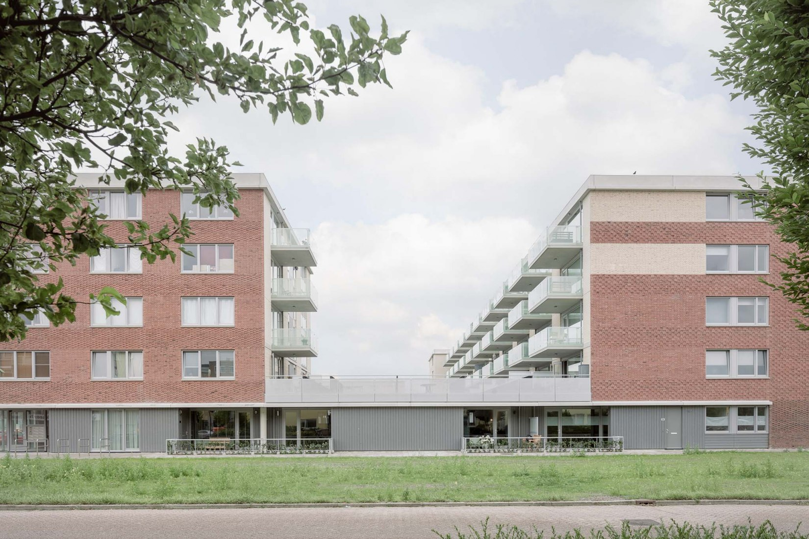 Housing complex in Heerhugowaard by Mateo Arquitectura. Photograph by Aldo Amoretti