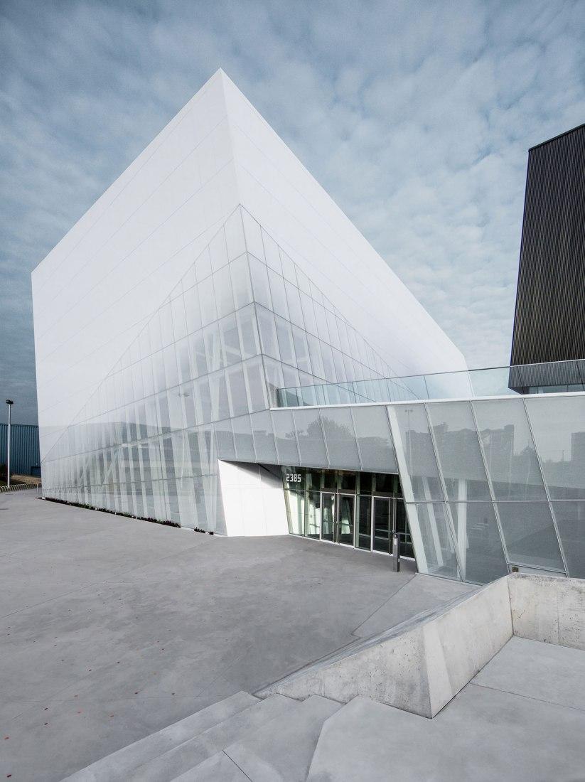 Exterior view. Complexe sportif Saint-Laurent by Saucier + Perrotte Architectes/HCMA. Photograph © Olivier Blouin