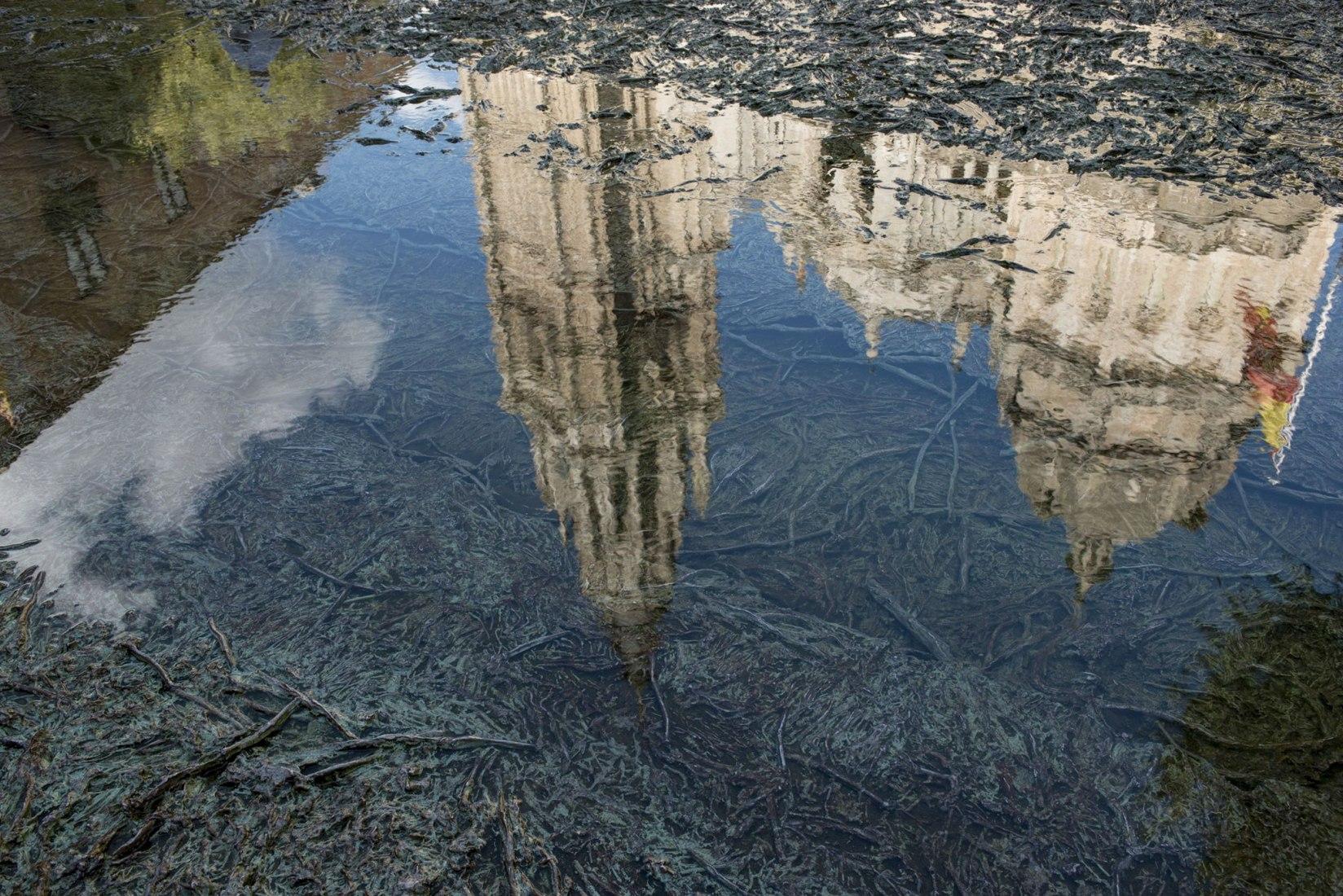 Cristina Iglesias, Tres Aguas, 2014. Acero inoxidable, agua y mecanismo hidráulico. Plaza del Ayuntamiento, Toledo. Fotografía de Attilio Maranzano