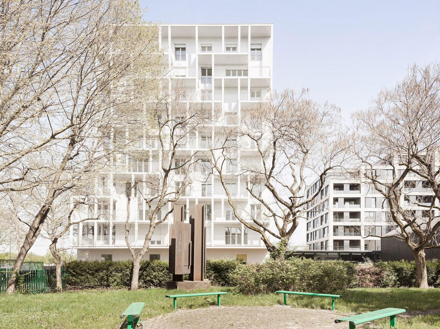 Vista exterior. Croisset Social Housing en París por Hardel Le Bihan Architects. Fotografía por ©Schnepp Renou