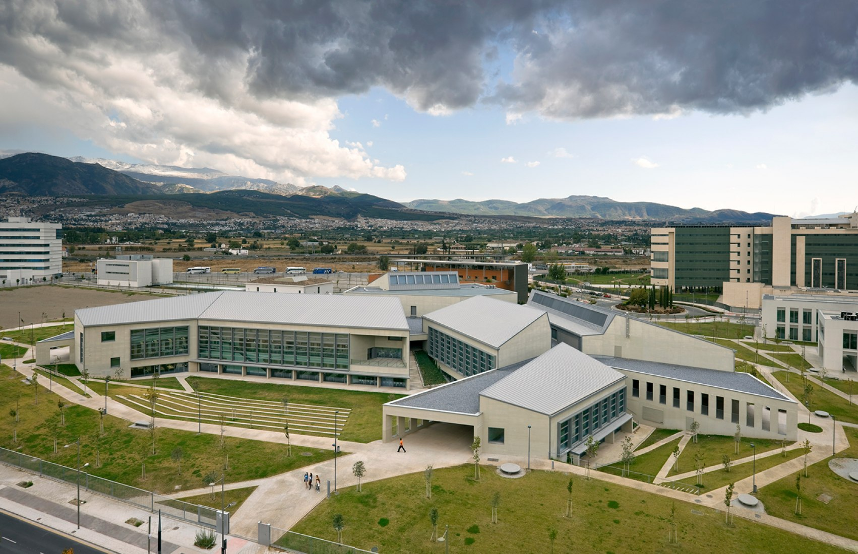 Vista exterior del edificio central en el Campus de Ciencias de la Salud de la UGR. Fotografía © Duccio Malagamba.