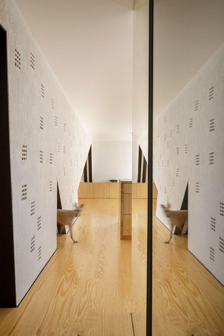 Muro con apartamento por CUAC Arquitectura. Fotografía por Fernando Alda