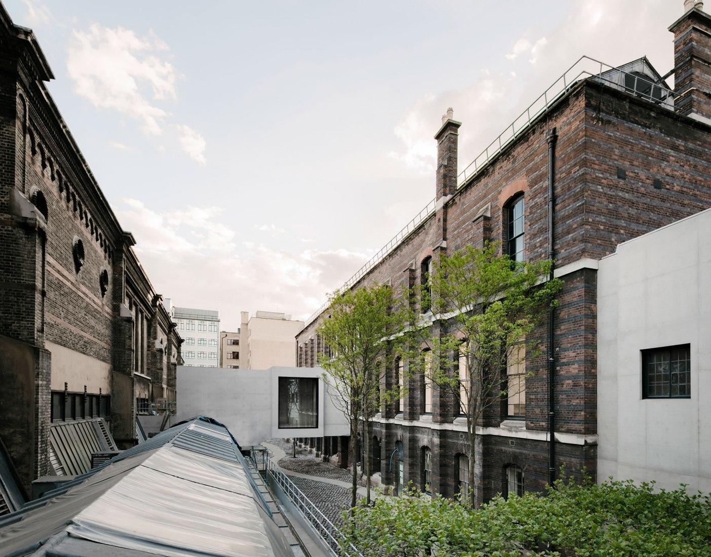 Nuevo puente de conexión uniendo los dos antiguos edificios. Royal Academy of Arts por David Chipperfield. Fotografía por Simon Menges