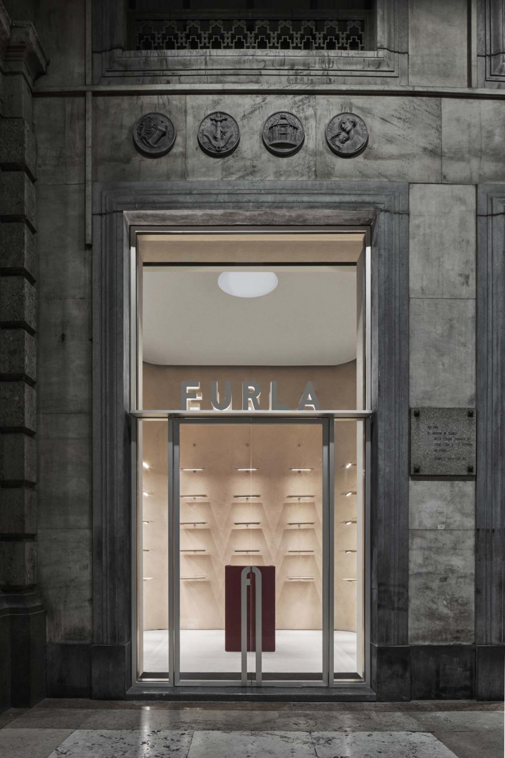 Tienda en el duomo de FURLA por David Chipperfield Architects. Fotografía por Davide Lovatti