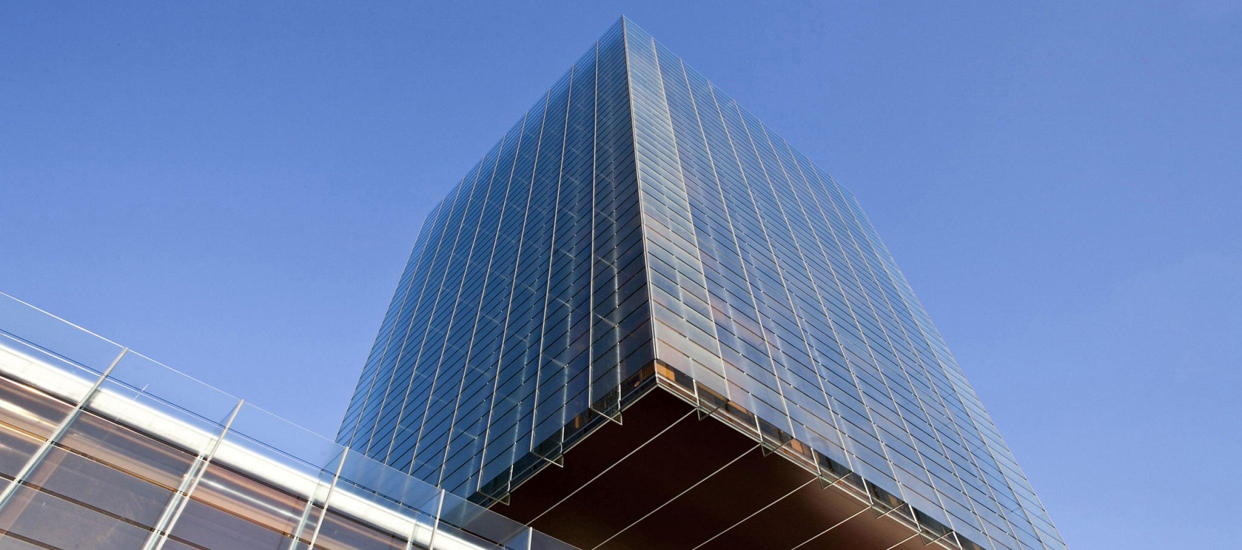 Vista exterior. Edificio Castelar por Rafael de La-Hoz y Gerardo Olivares. Fotografía © cortesía de Pérez-Llorca.