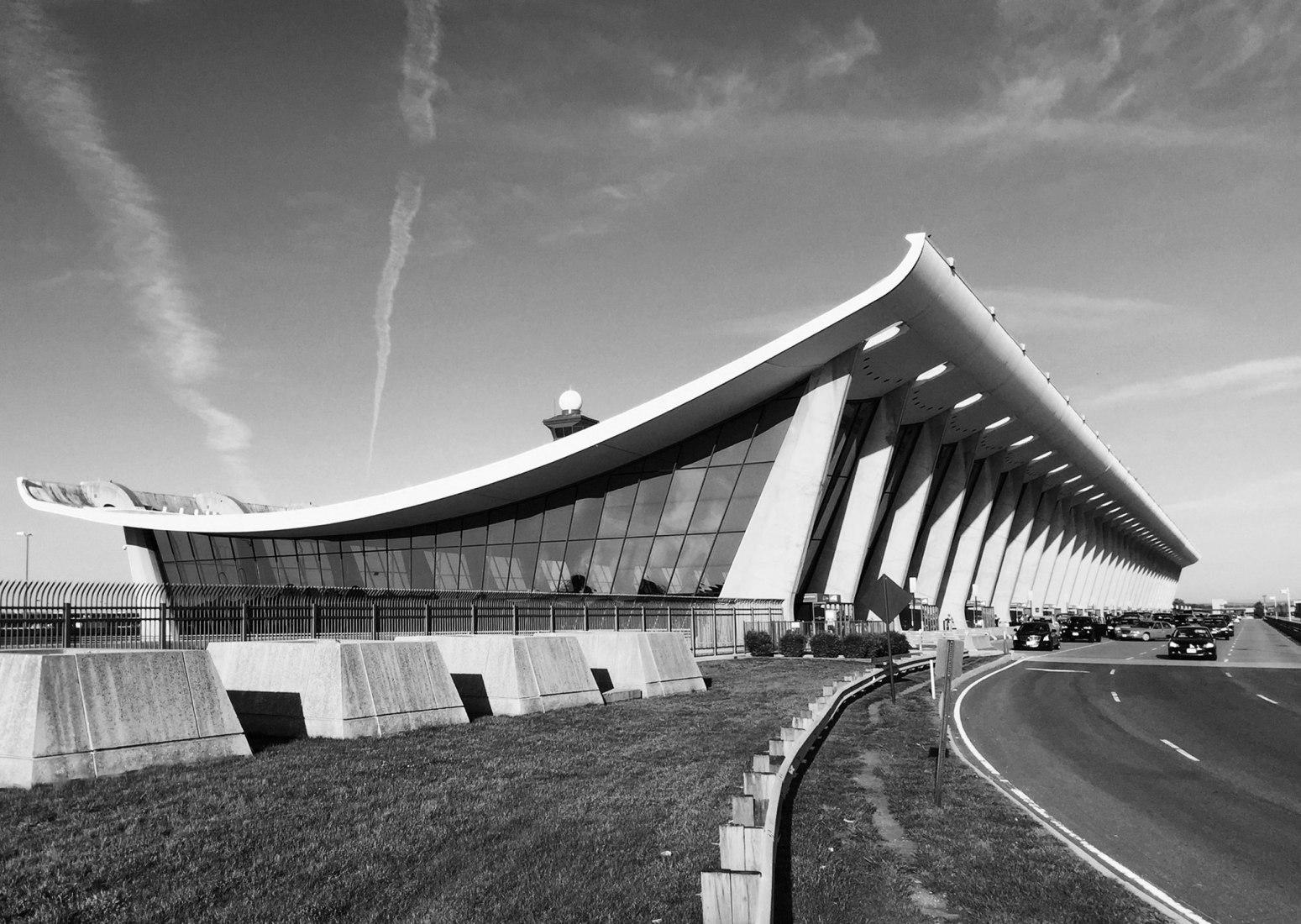 Aeropuerto Dulles Intl, ejemplos del Mapa Brutalista de Washington por Blue Crow Media en colaboración con Deane Madsen. Fotografía © Deane Madsen.