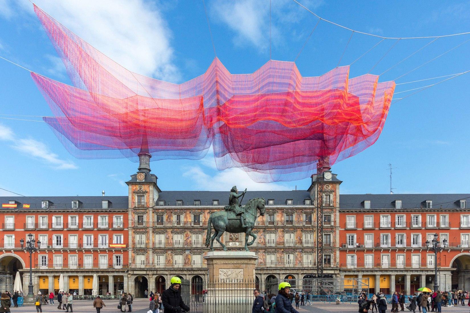 1.78 Madrid, 2018 por Janet Echelman en la Plaza Mayor de Madrid. Fotografía © João Ferrand