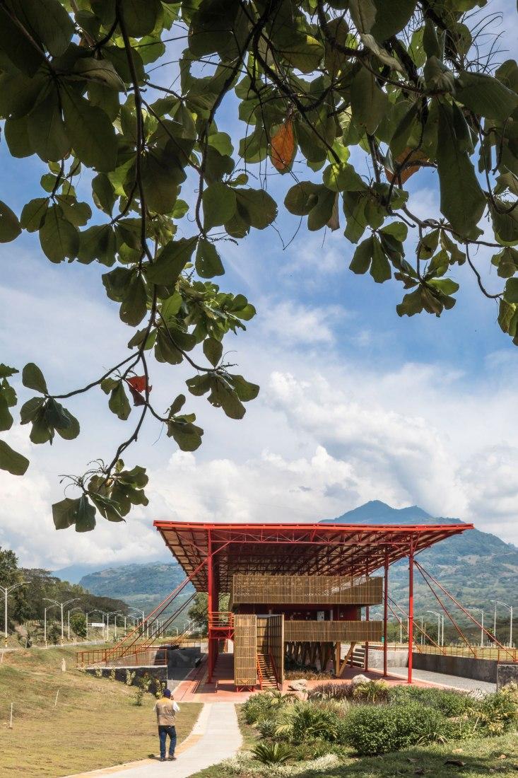 Centro de control y operaciones por El Equipo Mazzanti. Fotografía por Pequeño Robot - Alejandro Arango.