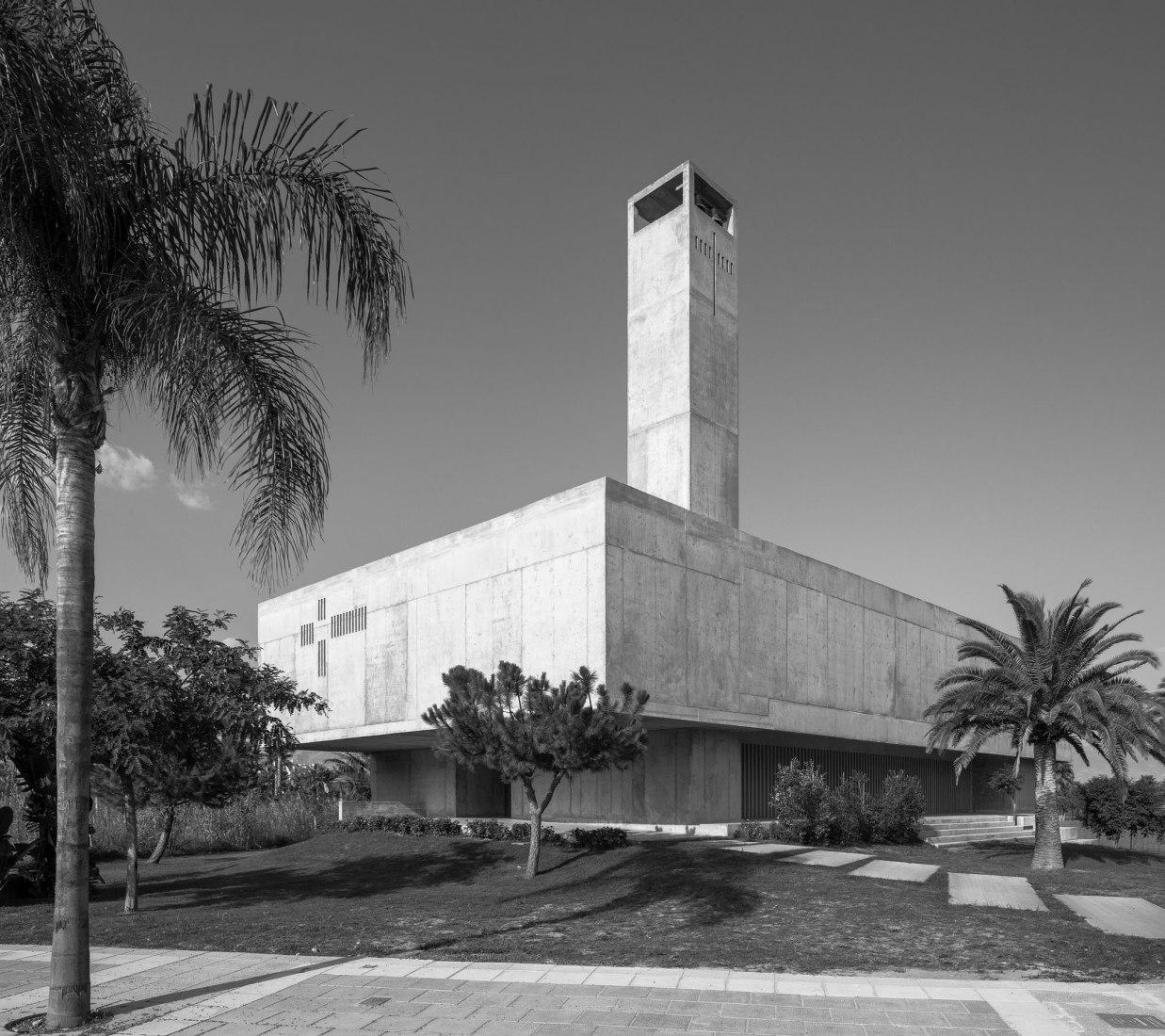 Vista exterior de la Iglesia en Playa Granada. Elisa Valero es la ganadora de la VI edición del Swiss Architectural Award. Fotografía por Fernando Alda