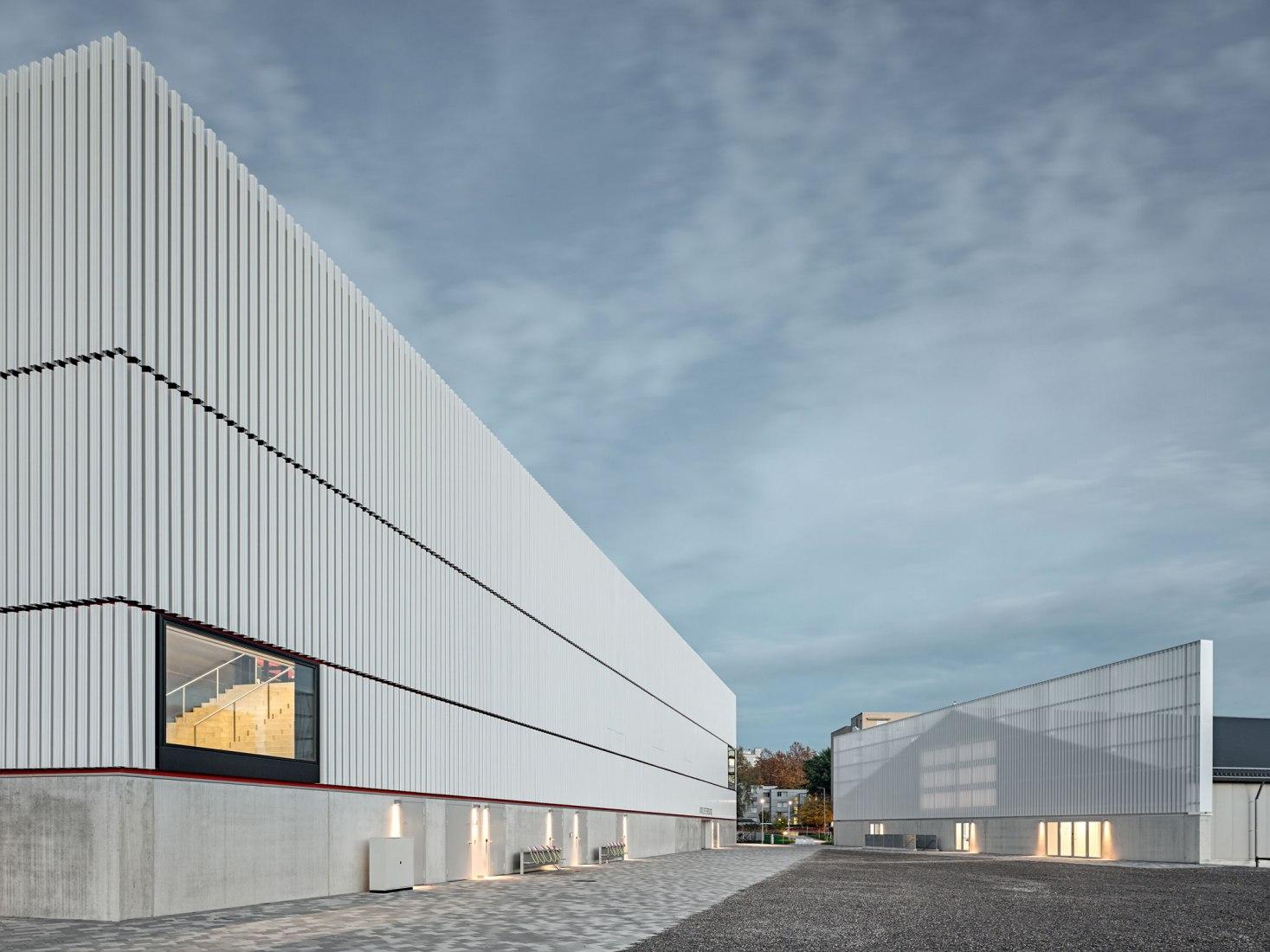 WIN4 Centro deportivo por EM2N. Fotografía por Roger Frei