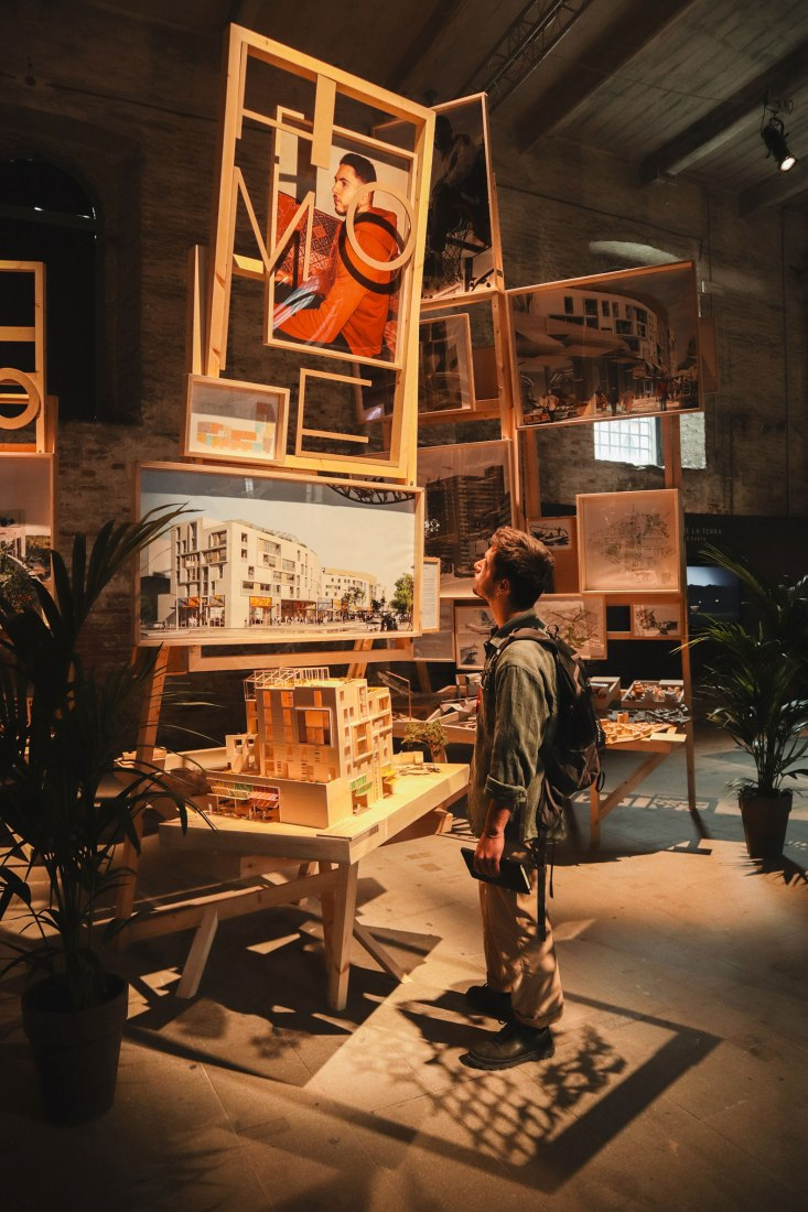 Installations Living within a Market – Outside space is also Home by EMBT at the Biennale Architettura di Venezia 2021. Photograph by Marzia Faranda.