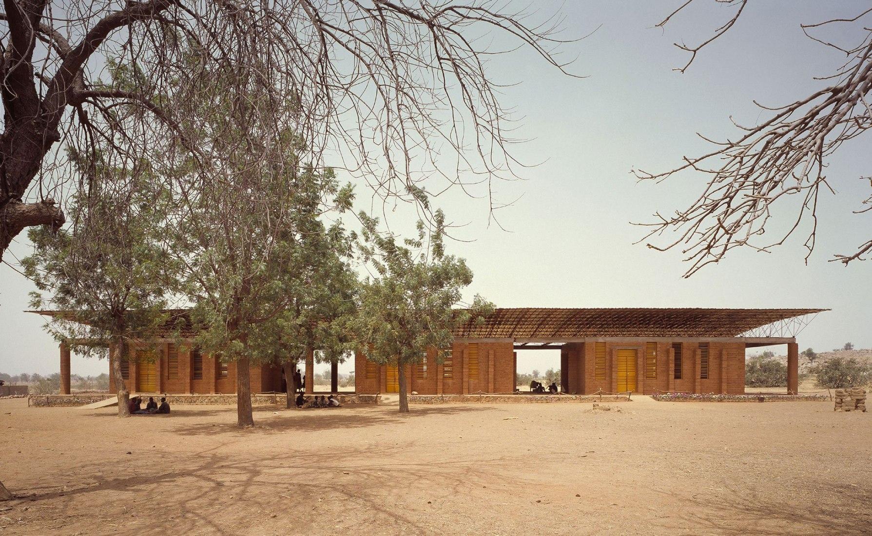 Vista exterior. Escuela primaria de Gando por Francis Kéré. Fotografía por Erik Jan Ouwerkerk. Cortesía Museo ICO