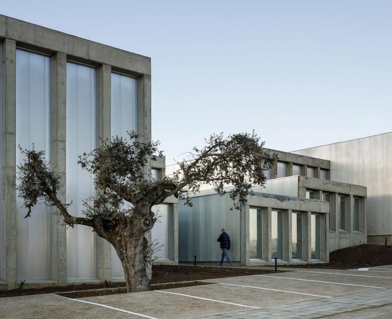 Edificio Industrial para Brigadas & Promedio Este por Estudio Arquitectura Hago. Fotografía por Fernando Alda