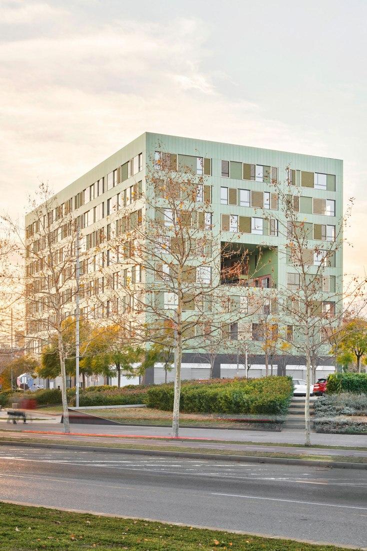 Edificio de viviendas mixtas por estudio Herreros. Fotografía por José Hevia