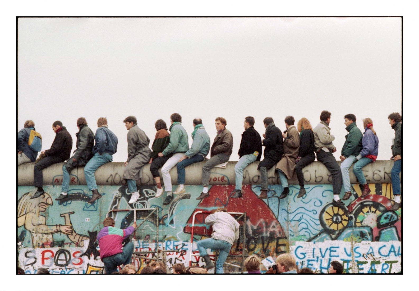 Fall of the Wall in Berlin, 12 November 1989. Photograph by © Tim Wegner / laif