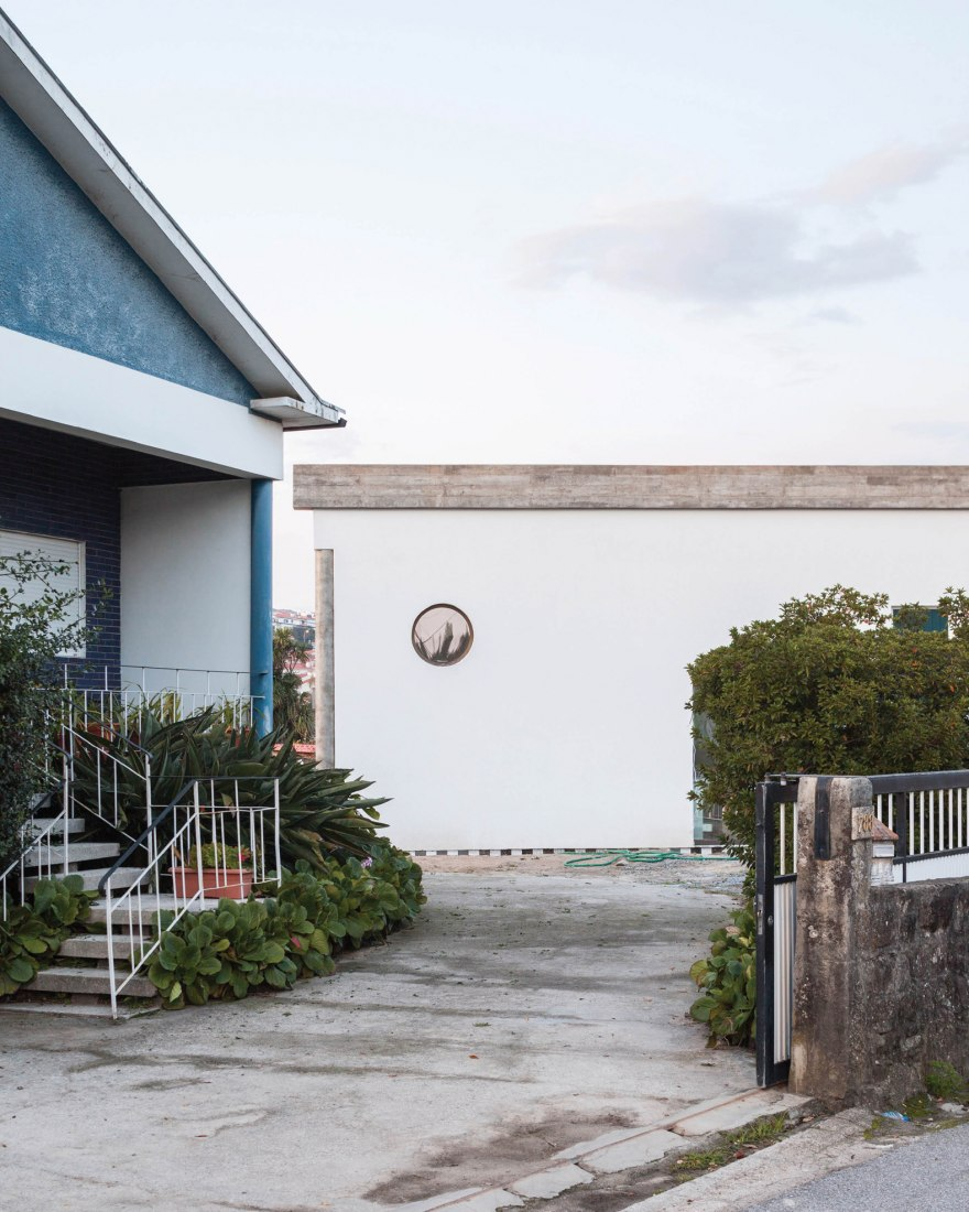 Casa bajo un gran techo por Fala atelier. Fotografía por Ricardo Loureiro.