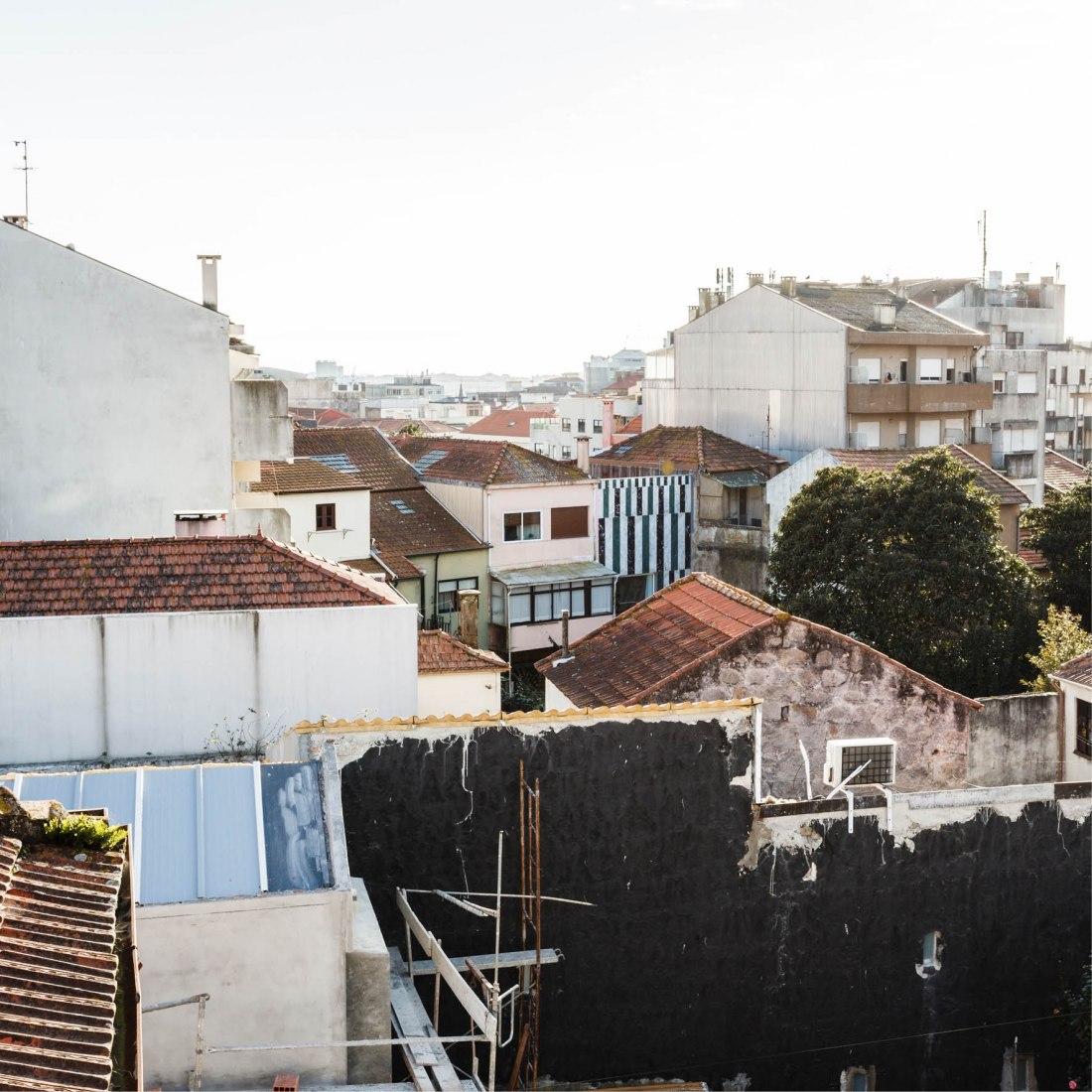 Vista general trasera. Viviendas en Rua do Paraiso por fala atelier. Fotografía por Ricardo Loureiro
