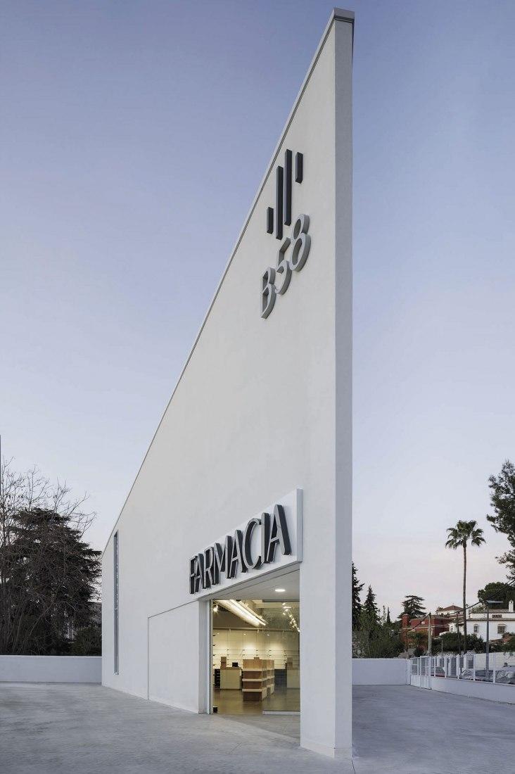 Farmacia por Estudio de Arquitectura Javier Terrados. Fotografía por Fernando Alda