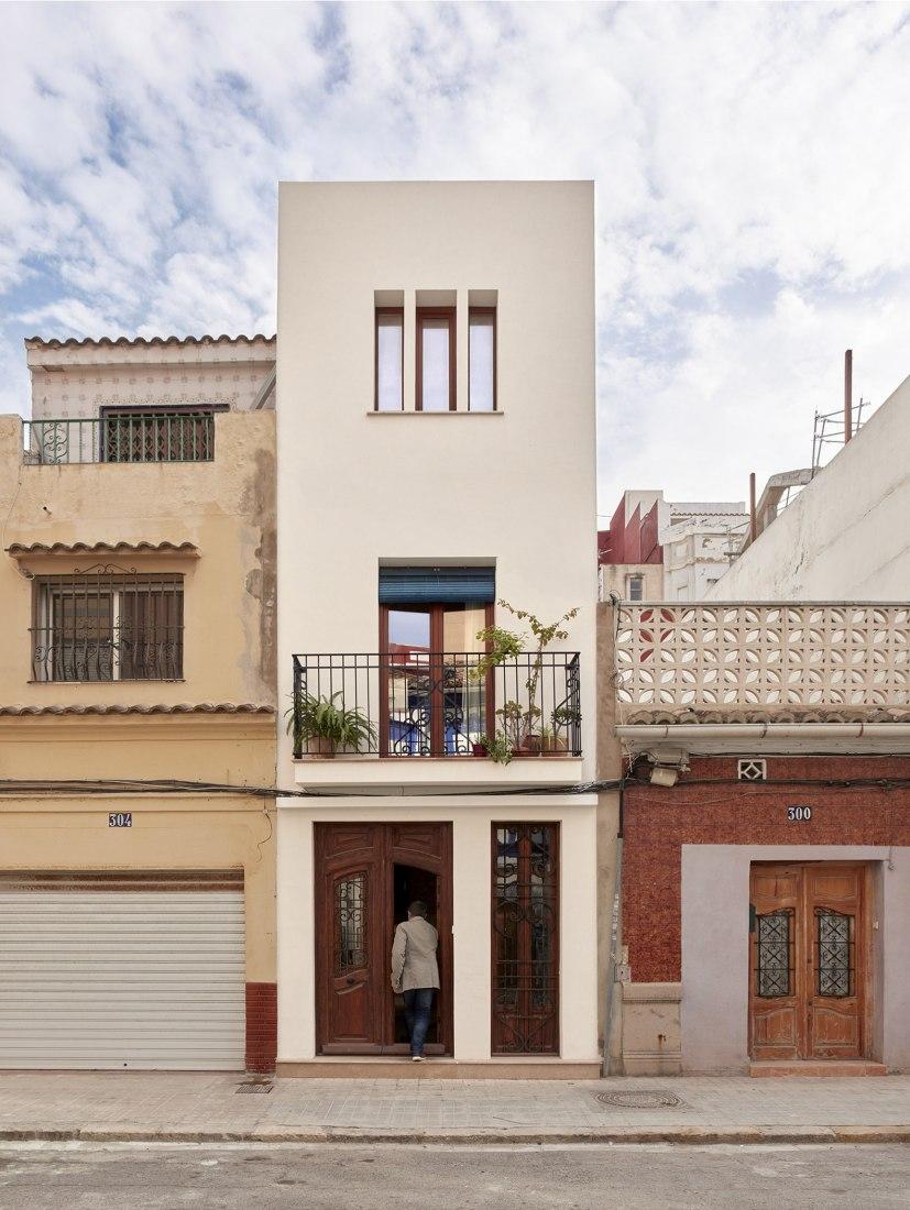 Eco wood house in El Cabanyal by Fernando Olba Rallo. Photograph by Mariela Apollonio.