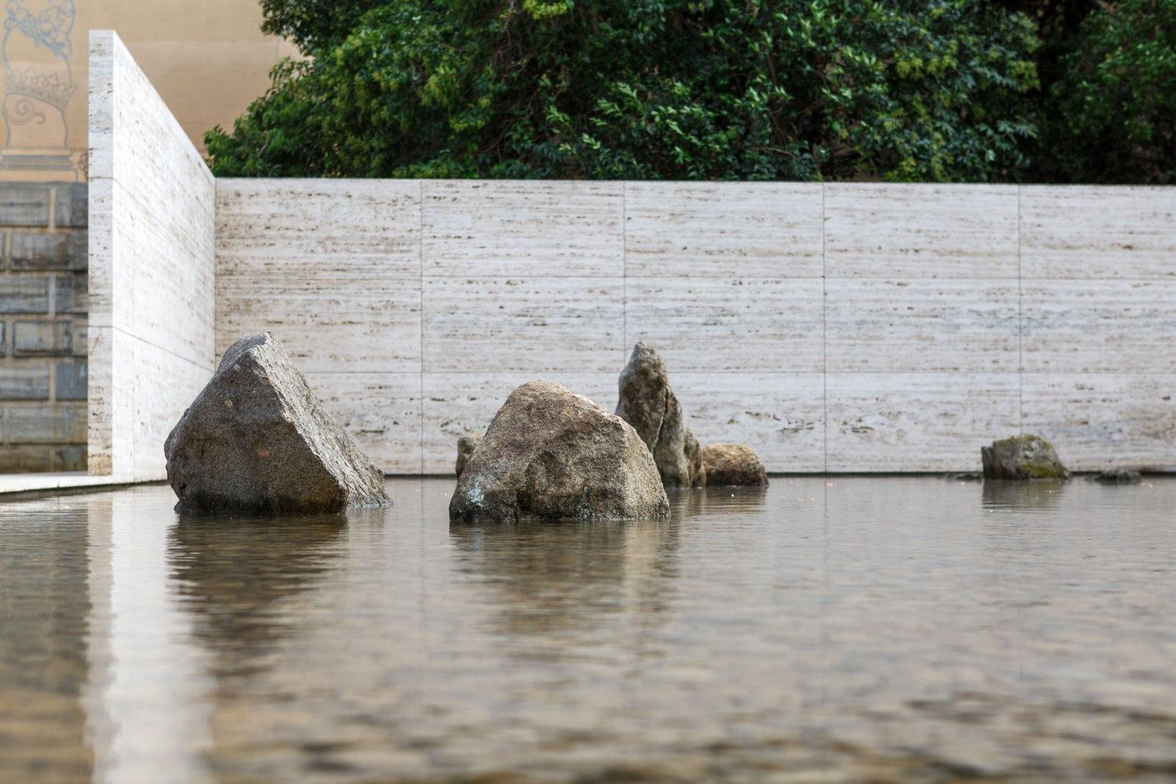La Fundació Mies van der Rohe presenta la intervención Fifteen stones (Ryōan-ji) de Spencer Finch. Fotografía por Anna Mas