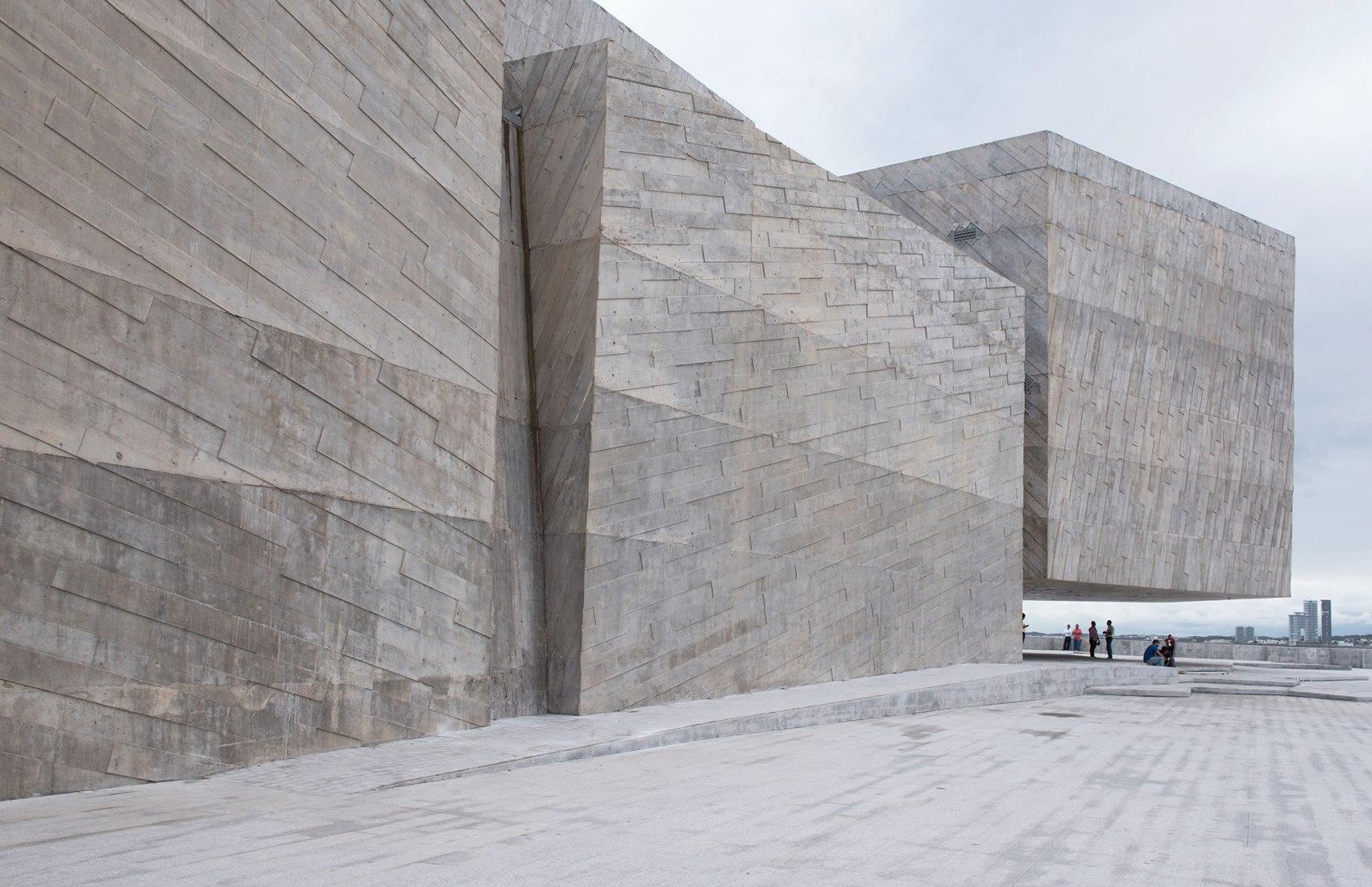 Vista desde el exterior de los volúmenes en hormigón visto. Inauguración de Foro Boca por Rojkind Arquitectos. Fotografía © Jaime Navarro