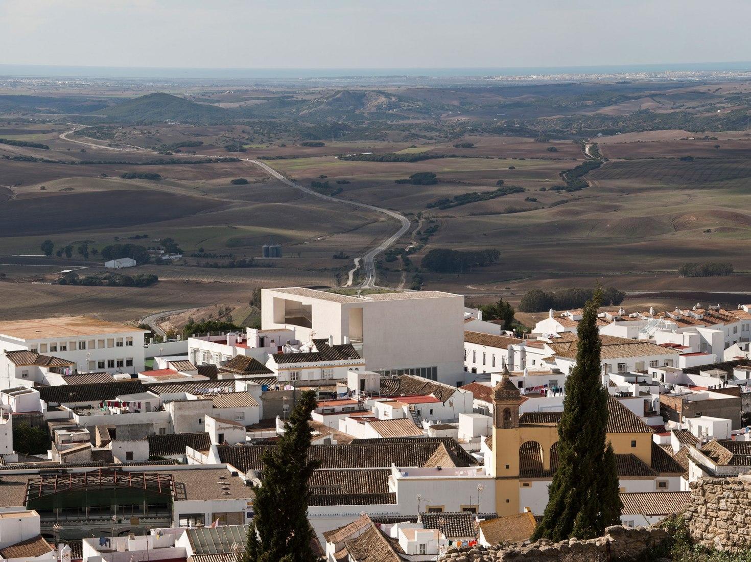Vista aérea. Teatro Miguel Mihura Álvarez de Medina Sidonia por Frank Mazzarella y Pedro Caro González. Fotografía por Fernando Alda