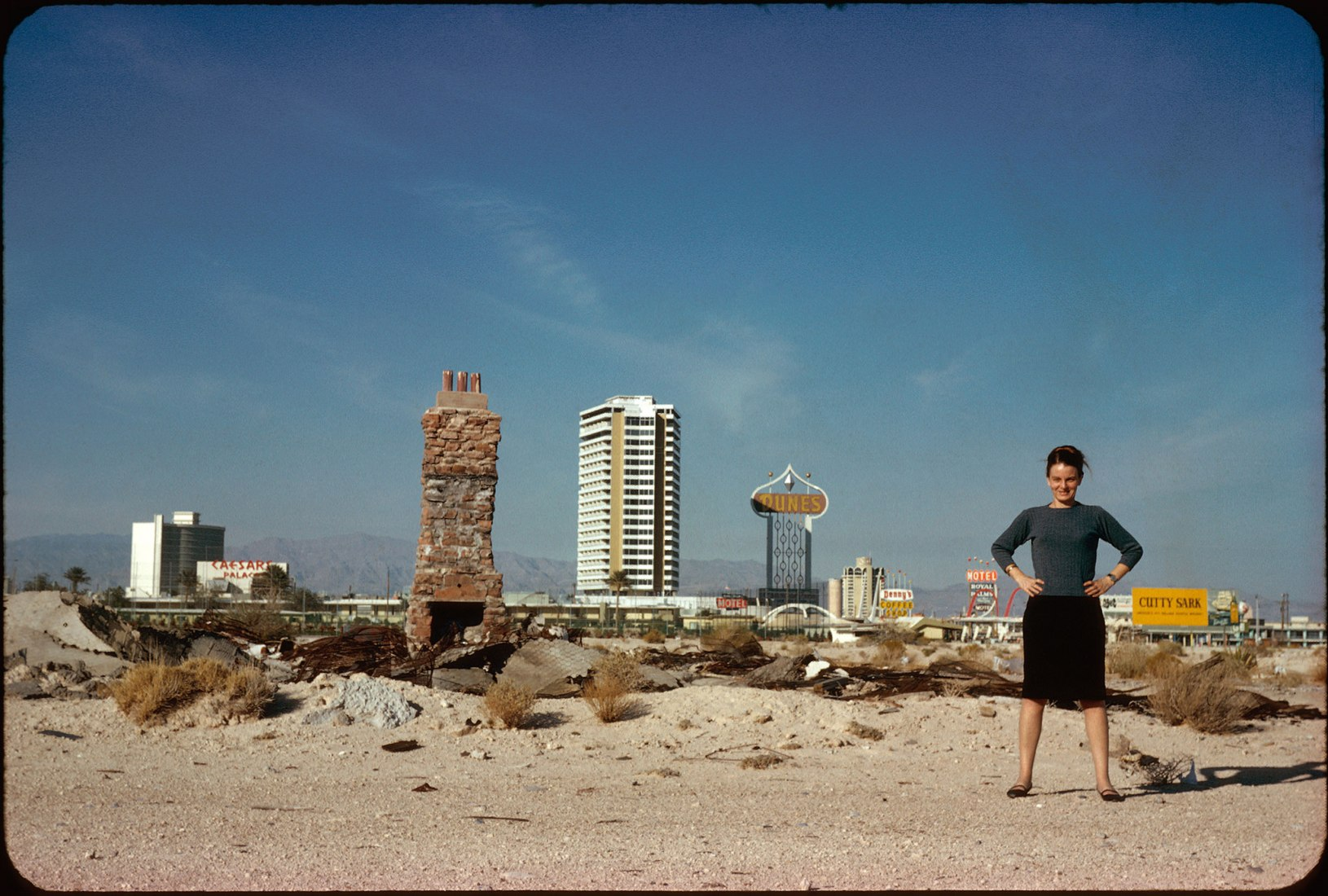 Scott Brown en las afueras de Las Vegas en 1966, fotografía de la revista Archives de Robert Venturi y Denise Scott Brown. Denise Scott Brown fotografiada por Frank Hanswijk.
