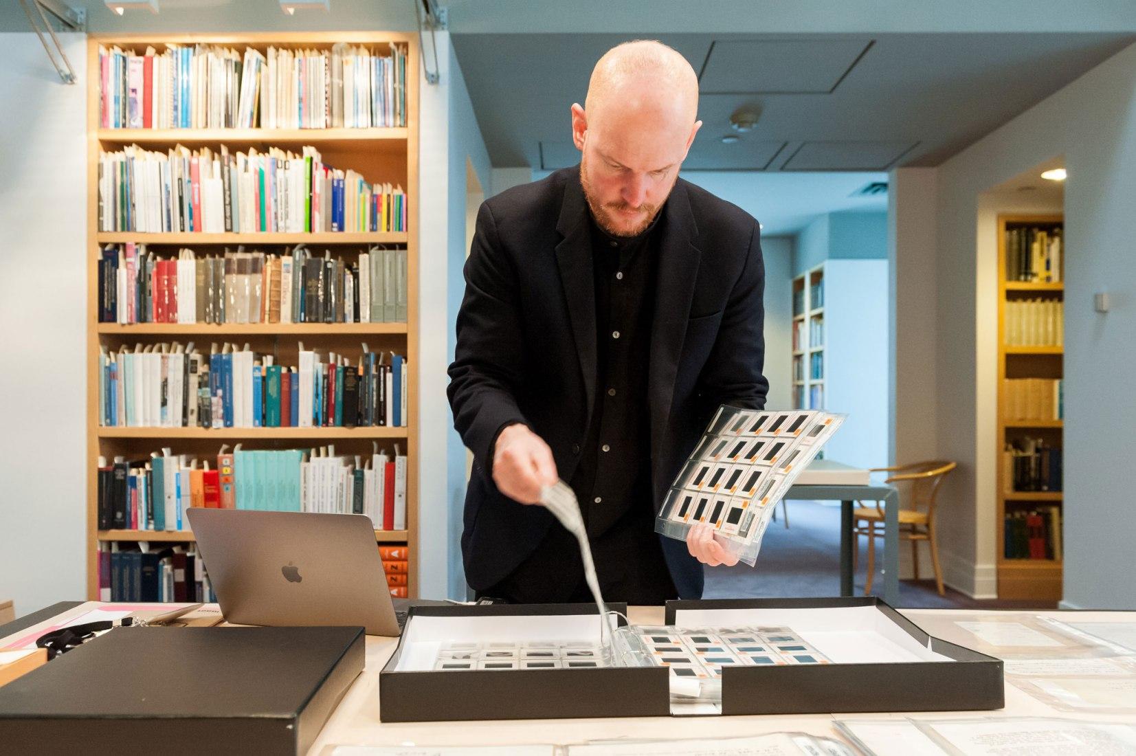 Yann Chateigné revisando la Colección Gordon Matta-Clark, Centro Canadiense de Arquitectura, 2018. Fotografía © CCA
