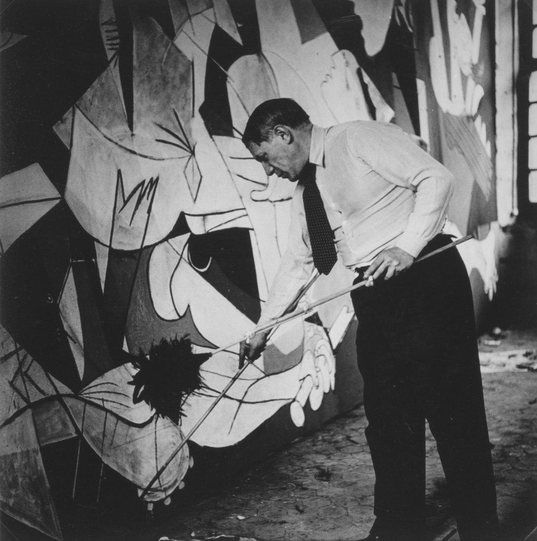 Dora Maar. Picasso standing on the Guernica in his workshop, Grands-Augustins, París, 1937. Gelatinobromuro de plata sobre papel. 20,7 x 20 cm. Museo Nacional Centro de Arte Reina Sofía.