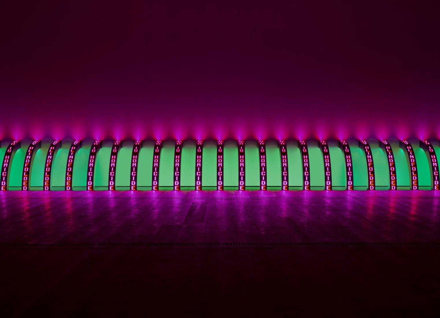Jenny Holzer. Purple (Púrpura), 2008. 20 rótulos de leds azules, verdes, rojos y blancos. Cada uno: 148,1 x 13,3 x 14,8 cm. Texto: documentos del Gobierno estadounidense. Cortesía de la artista © 2019 Jenny Holzer, member Artists Rights Society (ARS), NY/VEGAP. Fotografía de Collin LaFleche.