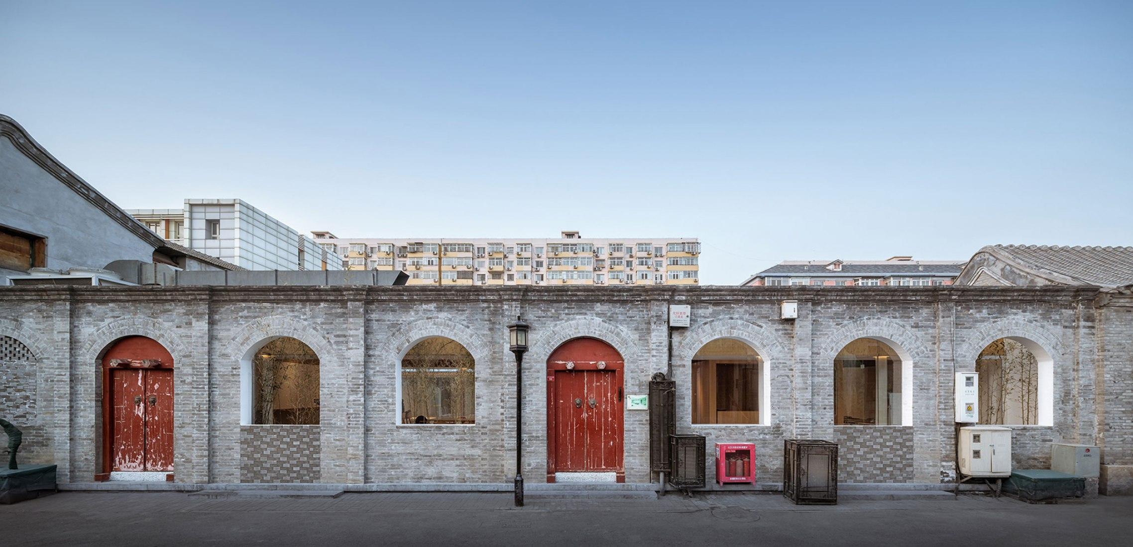 Vista exterior del acceso. Patio de capas múltiples por Archstudio. Fotografía © CreatAR Images (Luo Juncai)