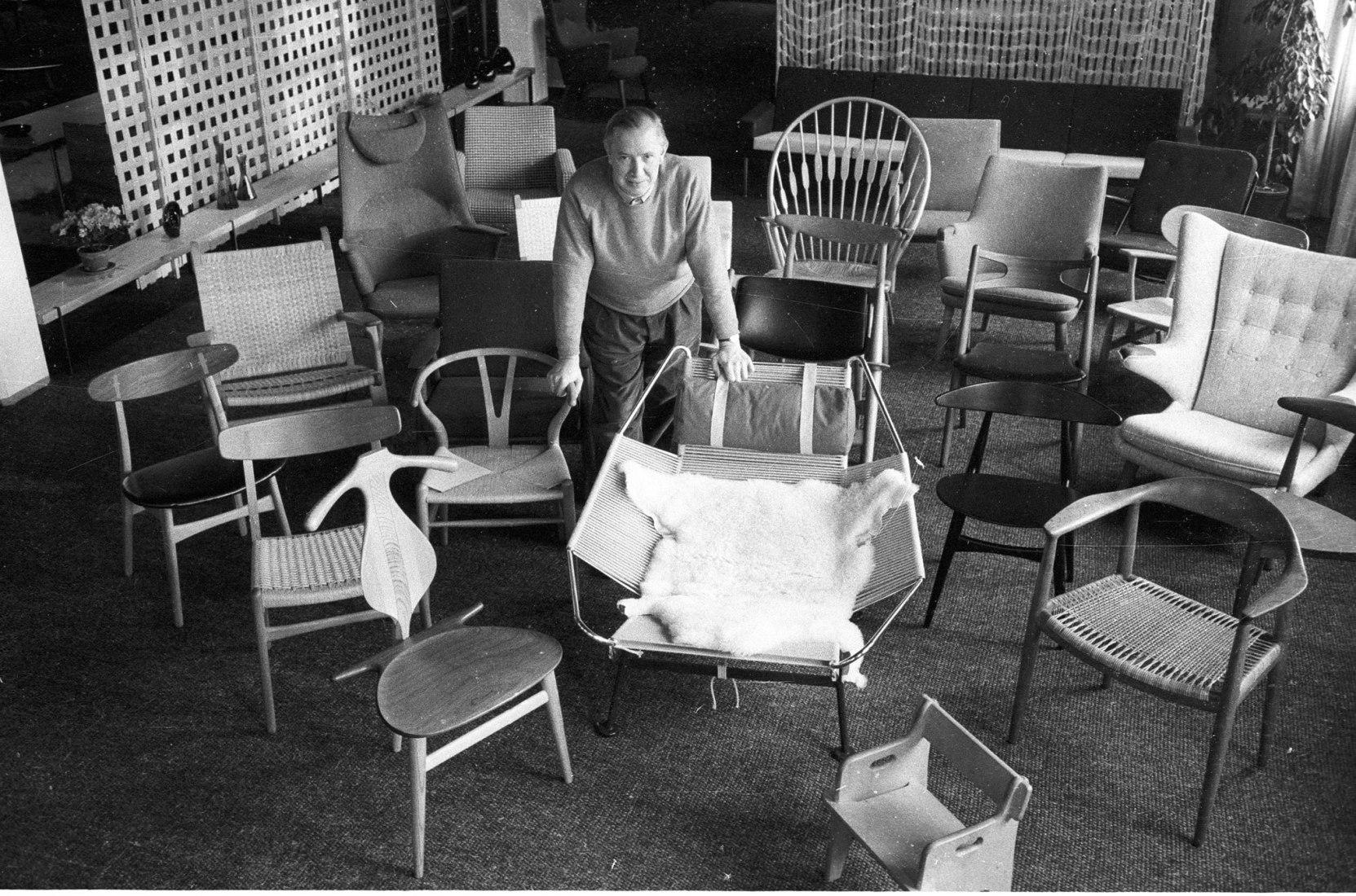Hans J. Wegner rodeado por sus sillas. Fotografía por Poul Petersen/Scanpix 2017