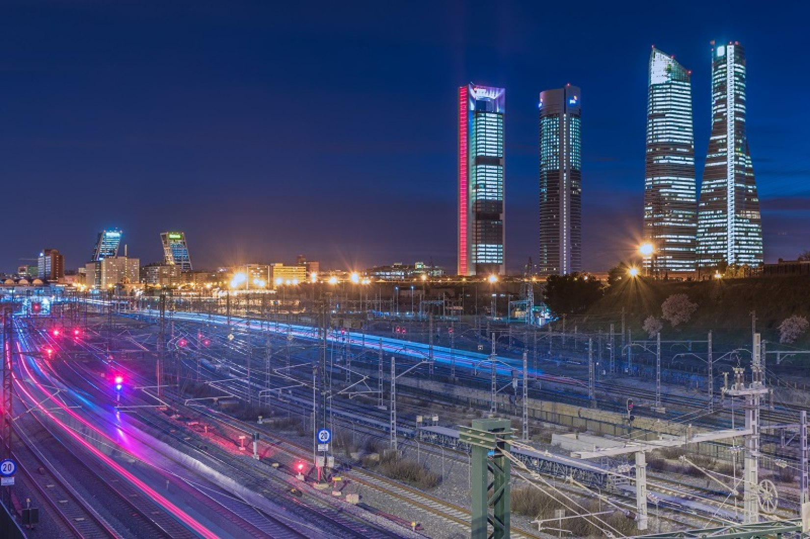 El complejo ferroviario de Chamartín se renovará totalmente, ampliará y mejorará todas sus infraestructuras, con una nueva estación moderna para la red de Cercanías, media y larga distancia.